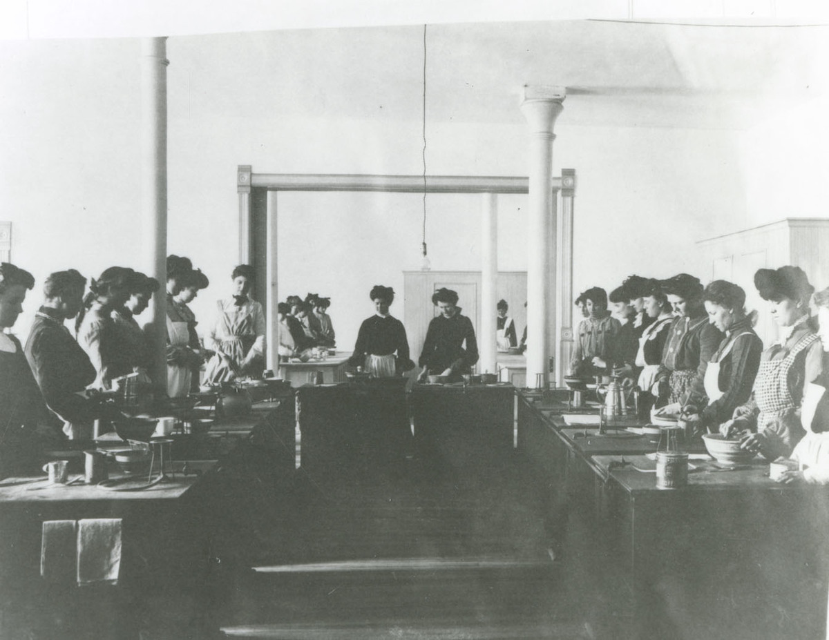 Women cooking for a class in the College Kitchen, 1904.jpg