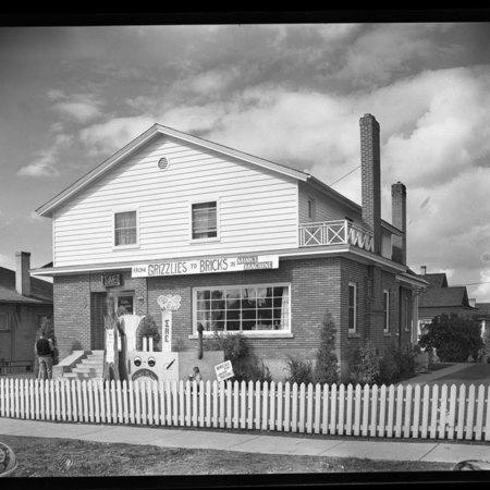 Sigma Alpha Epsilon homecoming house decorations, 1949