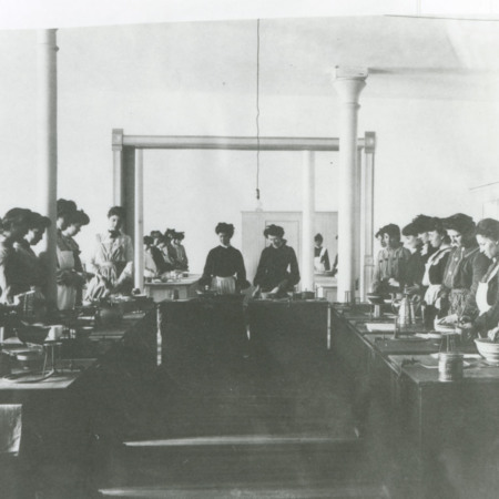 Women cooking for a class in the College Kitchen, 1904